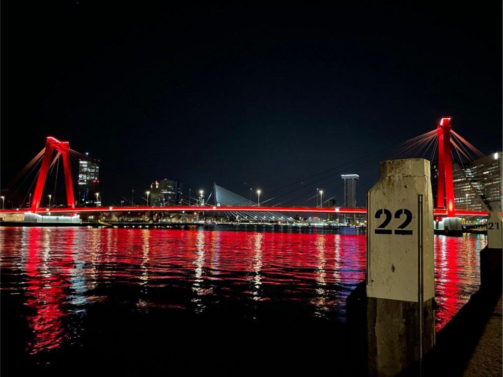 De Willemsbrug bij nacht. Op de voorgrond zie je een meerpaal met nummer 22. Foto is genomen op 16 april om 2:22.